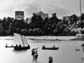 Вид с левого берега Сожа в Гомеле. Фото точно сделано до 1972 года. Однако, скорее, сделано до 1969 года, видны лодочники, пока пешеходный мост не построили - они людей переправляли на пляж. Через реку виден дворцово-парковый комплекс