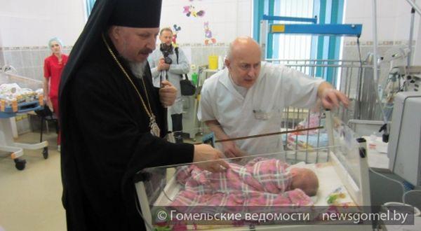 Епископ Стефан посетил детскую больницу с подарками