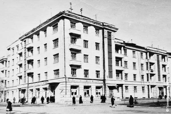 Перекресток улиц Комсомольской и Кирова. Построен в по проекту архитектора М. Салина 1932-1936 годы.