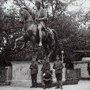 Немецкие солдаты у памятника Понятовскому в гомельском парке. 1918 год