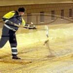 В Гомеле непогода заставила инспекторов ГАИ выполнять функции дорожников