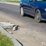 Гомельчанин устал ждать помощи властей и сам забил открытые люки
