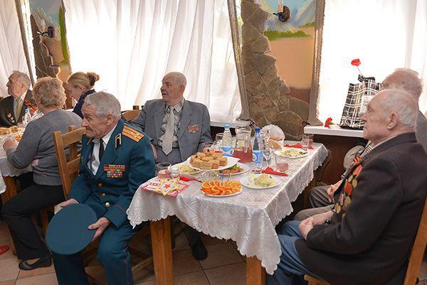 В Гомеле ветеранов пригласили в танкобар на праздничный обед