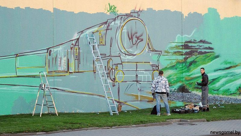 Художники разрисовывают стену винзавода в Гомеле