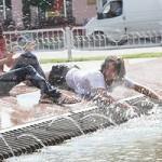 В Гомеле молодёжь спасается от жары на городском пляже и у фонтанов