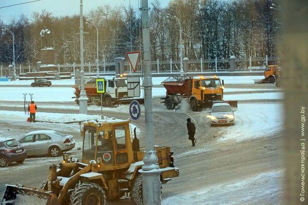 В Гомеле улицы расчищали с милицейским эскортом
