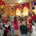 Дед Мороз приехал на детский праздник не на санях, а на пожарной машине