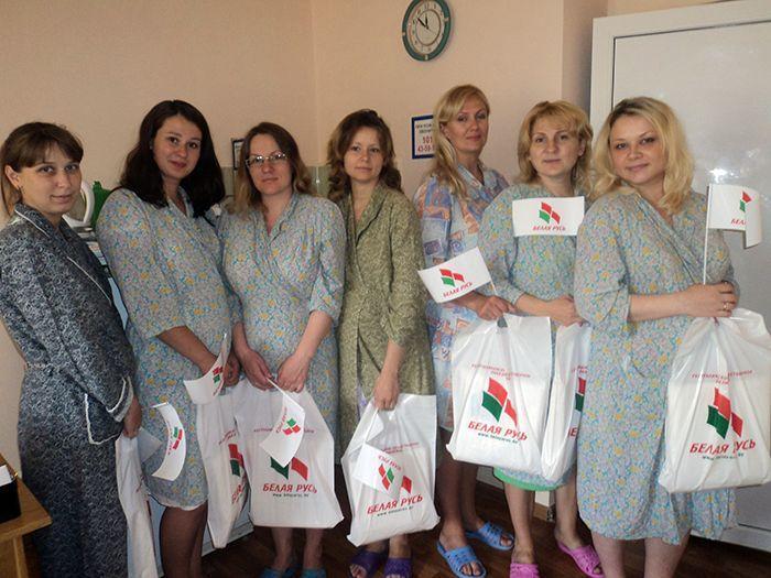Активисты «Белой Руси» поздравили мам, родивших малышей в День Независимости