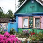 Гомельчанка украшает свою усадьбу мозаикой из крышек