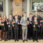 Александр Якобсон вручил национальные паспорта лучшим представителям молодежи Гомеля