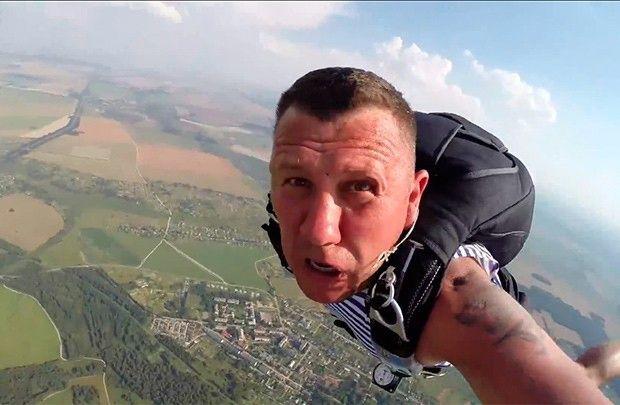 Гомельские десантники отметили День ВДВ прыжками с парашютом в Зябровке