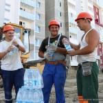 Гомельским строителям раздавали бутилированную воду