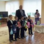 Председатель облисполкома подарил первоклассникам портфели