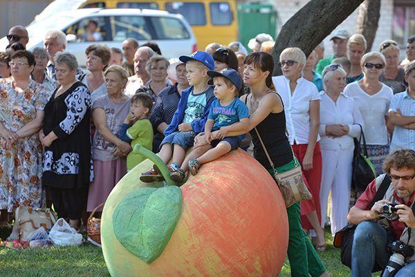 В Советском районе Яблочный Спас праздновали на фоне бетонных яблок