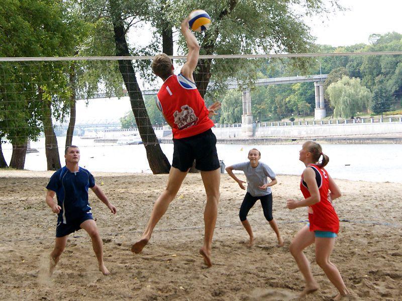 Холодный песок не помешал проведению турнира-микса по пляжному волейболу