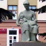Памятник матери и ребенку на Советской перенесут, когда в здание бывшего роддома переедет областное управление СК