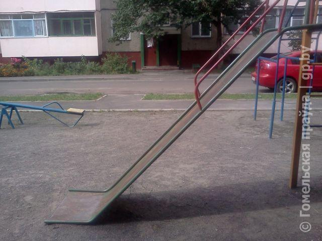 Странная детская горка на одной из площадок в районе «Кристалла»