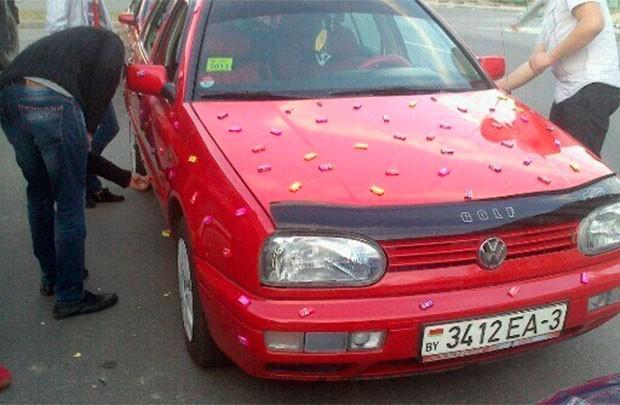 В День города автомобилисты раздавали прохожим жвачки и поздравительно сигналили