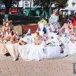 В сквере у памятника Кириллу Туровскому в День города развернулась выставка кукол