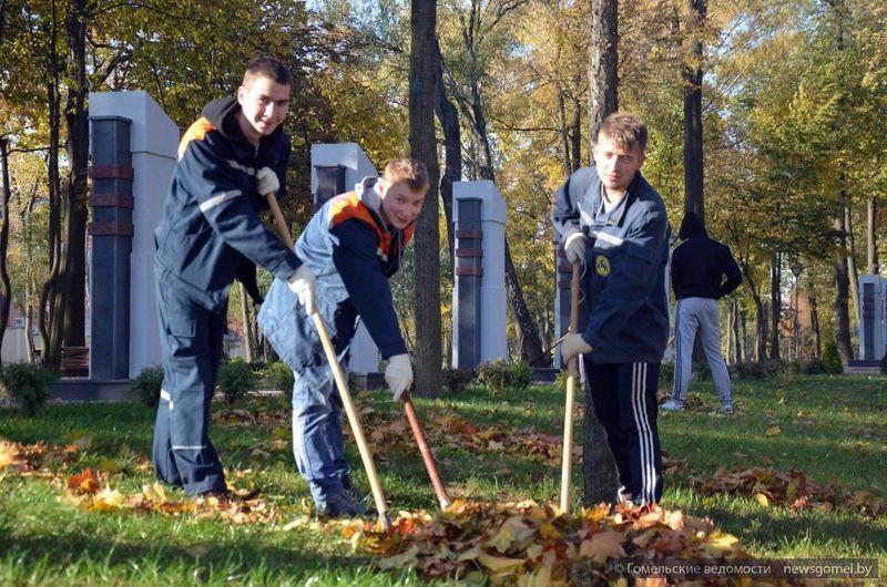 Студенты принимают участие в уборке скверов и парков