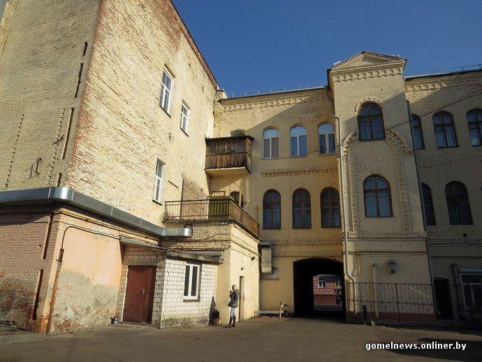 Фасад-изнанка: мы разглядели «невидимую» башню и современные «бородавки» на старых стенах