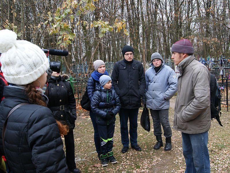 """Молодые гомельчане на """"Дзяды"""" потрудились на Новобелицком кладбище"""