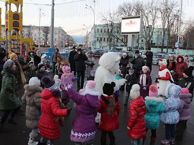 На центральной городской площади открылся новогодний детский городок