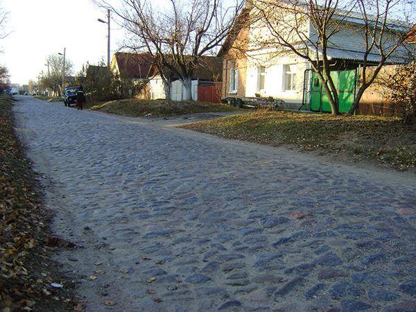 На Лещинской на протяжении нескольких сотен метров дороги сохранилась брусчатка.
