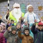 Юных гомельчан поздравили необычные Дед Мороз и Снегурочка