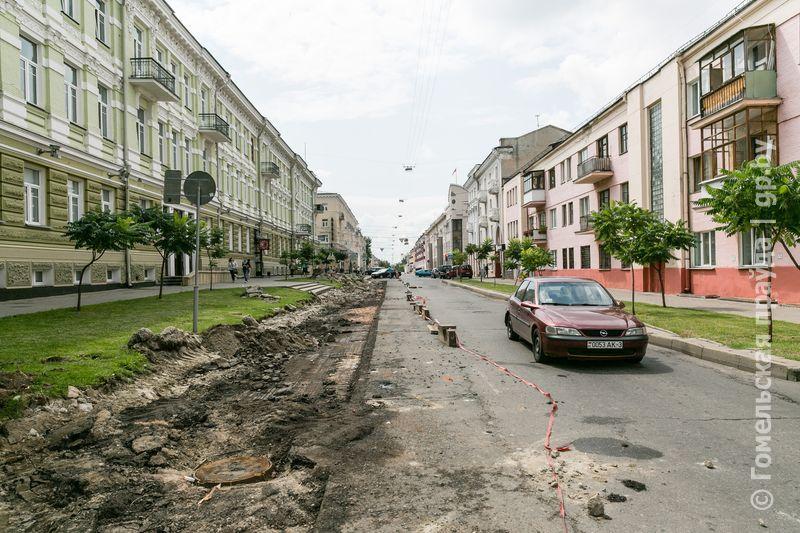 На трёх улицах в Гомеле делают места для парковки