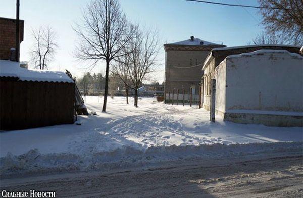 На стадионе школы №1 в Новобелице убрали опасные камни