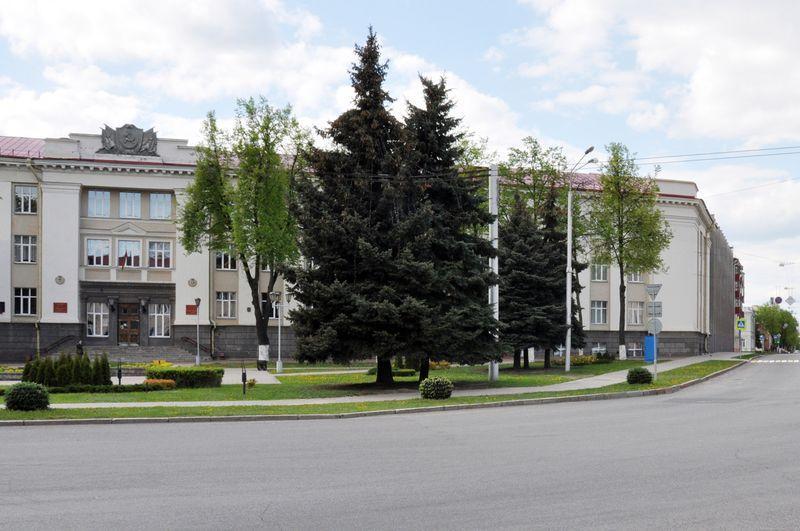 На этом месте в сквере перед зданием дорожно-строительного колледжа располагалась синагога