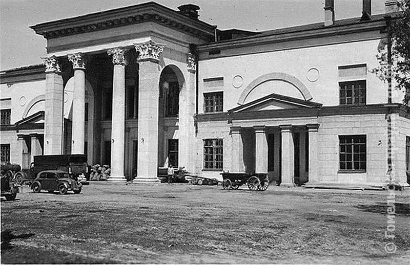 Здание «дворца» на немецкой фотографии 1941-1943 годов (из коллекции Я. Р. Маликова)