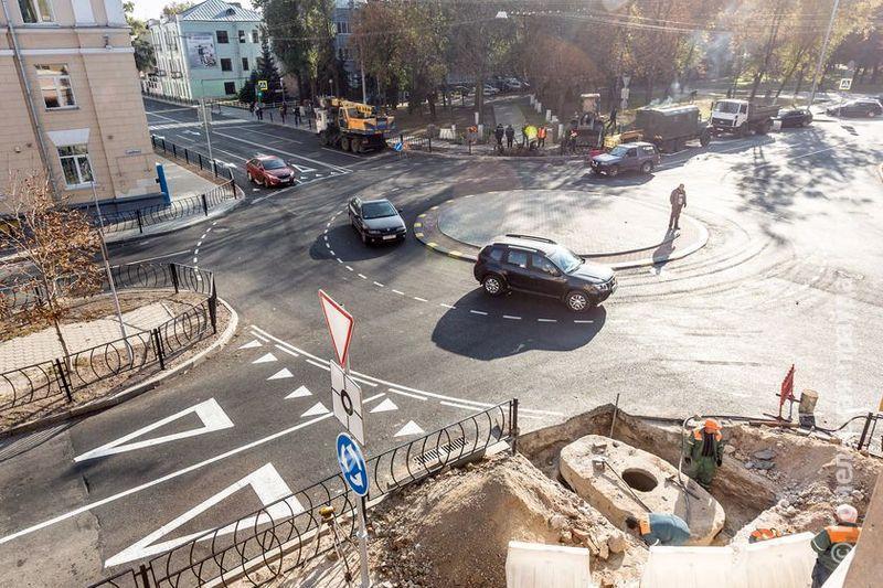 Чтобы автобусы вошли в вираж, пешеходам придется прижаться к стенам