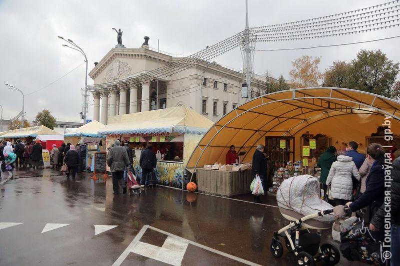 Гомельчане оценили размах ярмарки на площади Ленина