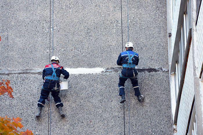 В Гомеле для ремонта многоэтажек используют строительных альпинистов