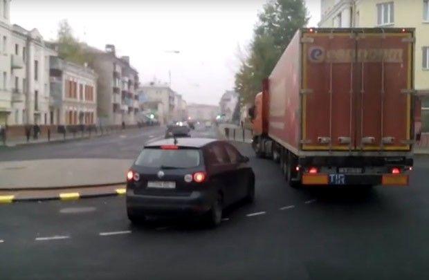 «Впишись в поворот»: фура проезжает кольцо по улице Кирова