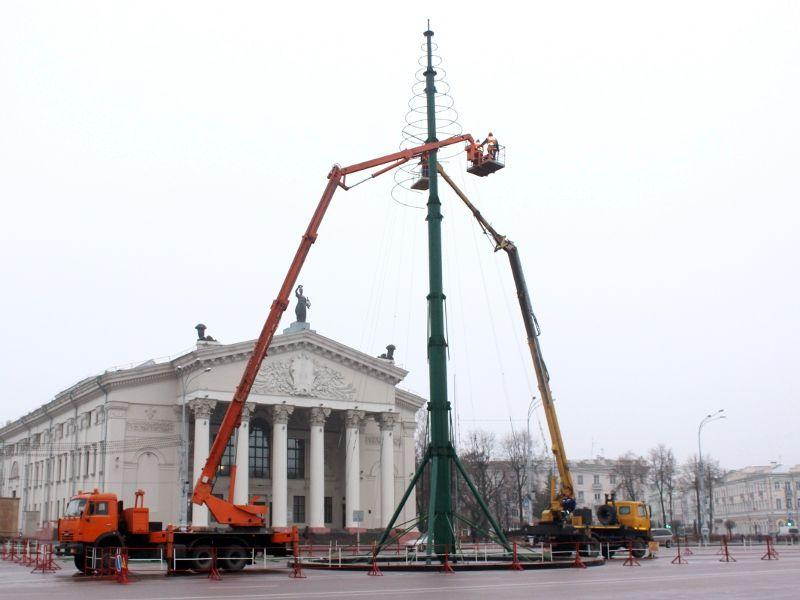 На центральной площади Гомеля начали установку новогодней ёлки