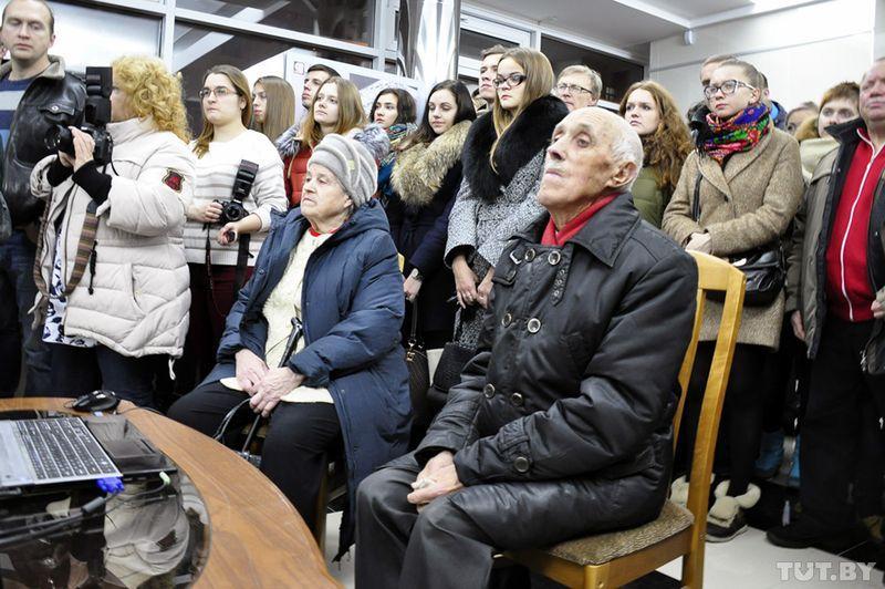 Посетители с интересом смотрят фильм о старом Гомеле.