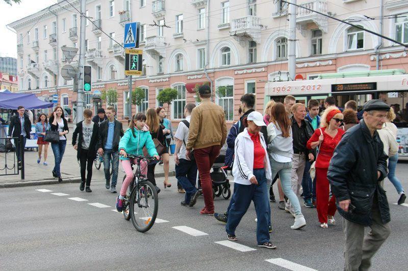 После строительства подземного перехода около Киевского спуска этот наземный переход будет закрыт. Хотя зачастую поток пешеходов здесь многочисленнее, чем поток машин, проезжающих этот перекрёсток.