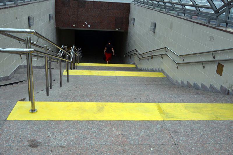 На улице Барыкина обозначили ступеньки для слабовидящих