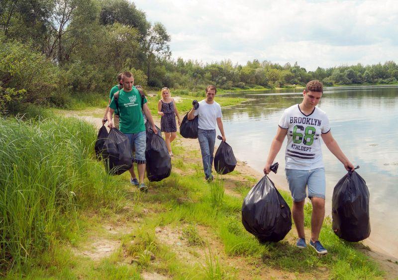 Волонтёры убрали мусор на прибрежной территории реки Сож