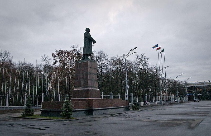В Гомеле памятники Ленину не сносят - они разрушаются временем