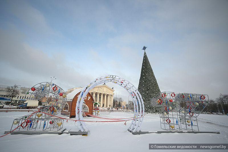 В Гомеле завершается монтаж новогодних украшений