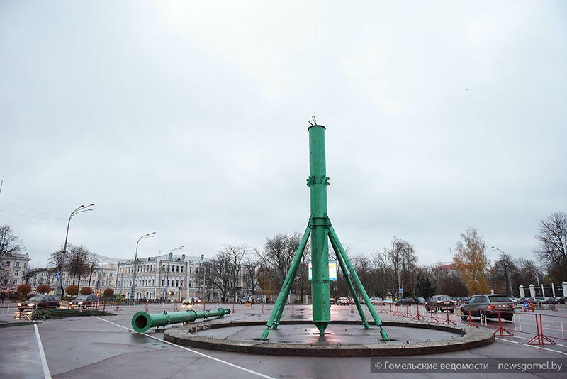 В Гомеле на площади Ленина начались работы по установке главной новогодней ёлки