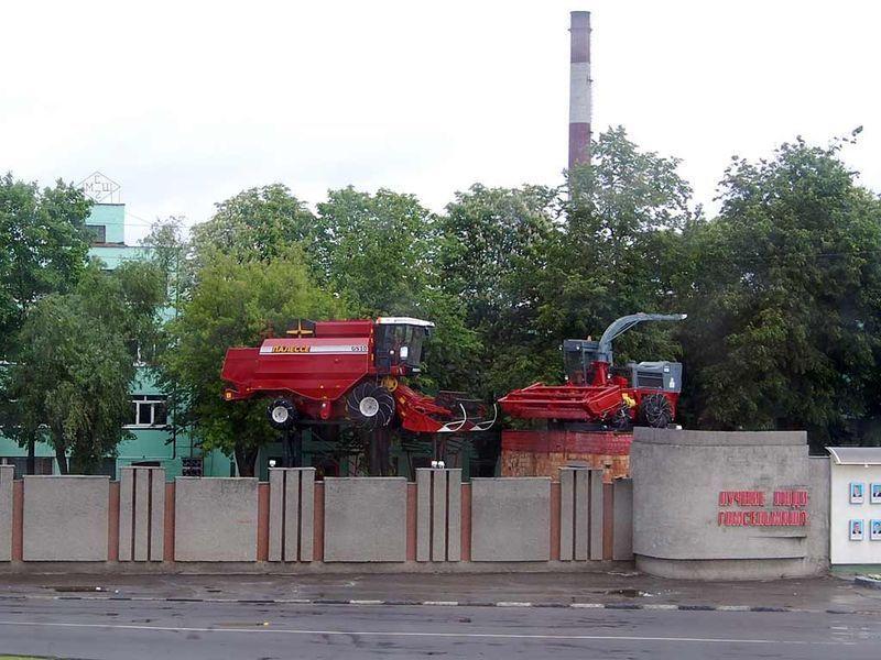 Памятник трудовой славы - комбайн КСК-100