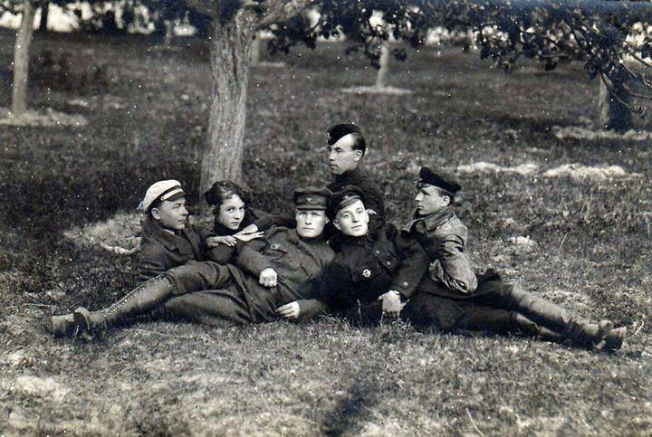 Лётчыкі ў садзе. Гомель, 1922 г. З калецыі Паўла Перагонава