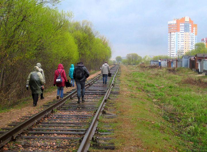 Нястомныя экскурсанты адольваюць чарговы адрэзак маршруту. Фота Валянціны Ціхаміравай, 22 красавіка 2017 г.