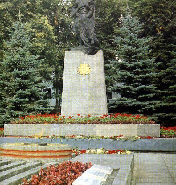 """Архивная фотография из книги """"Расцвет республики моей"""", Минск, 1984"""
