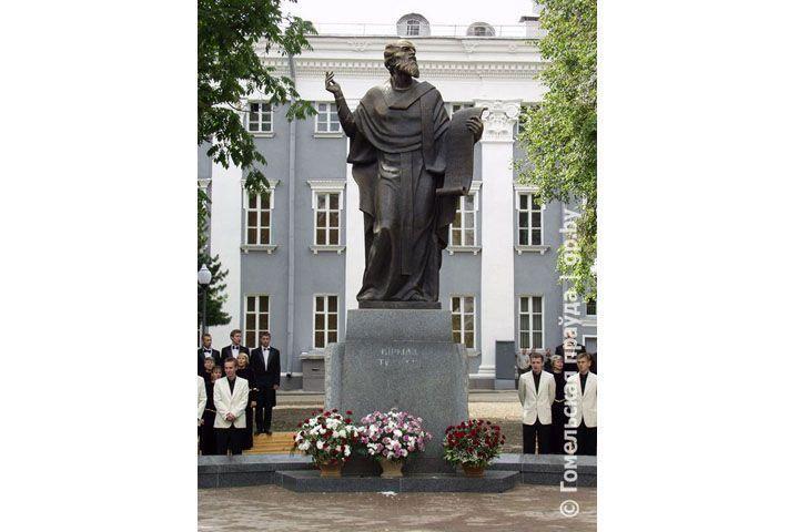 В Гомеле 15 лет назад торжественно открыли памятник Кириллу Туровскому